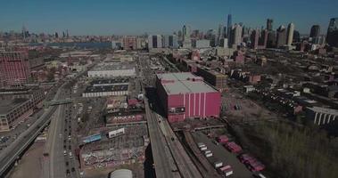 Jersey City Antennen über rotem Lagerhaus & Autobahn mit Blick auf NYC & Freiheit ein Turm