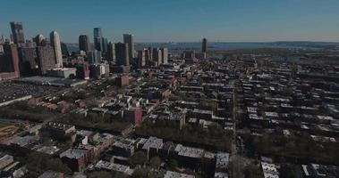 Jersey City Antennen fliegen in Richtung Hochhäuser