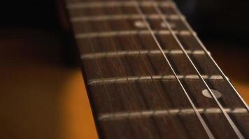 caméra glissant lentement sur la guitare électrique