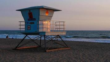 torre de salva-vidas fechada na praia video