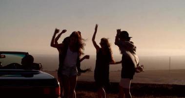 amigos de viagem em uma festa ao ar livre em uma noite de verão