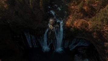 cascada montañas vista aérea video