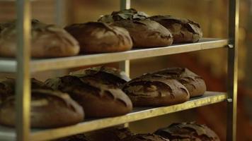 pain dans un chariot de supermarché
