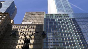 Stati Uniti d'America giorno tempo New York City edifici in alto a vista strada 4K video