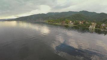 Luftaufnahme eines Dorfes am Taalsee