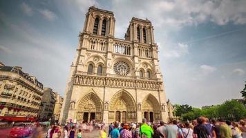 Francia Parigi famosa cattedrale di notre dame principale panorama anteriore 4K lasso di tempo