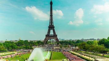 a torre eiffel em paris, lapso de tempo 4k video