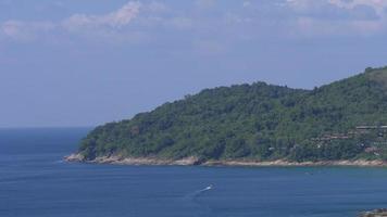 panorama della piattaforma di osservazione della spiaggia dell'isola di phuket di giorno di estate della Tailandia 4K video