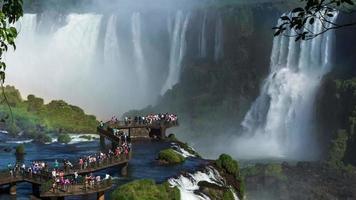 vista timelapse di turisti alle cascate di iguazu, foz do iguacu, brasile