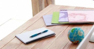 vista superior de um laptop e notebook em uma mesa