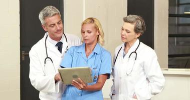équipe médicale utilisant une tablette
