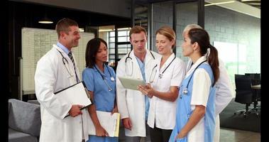 médecins utilisant une tablette et parlant