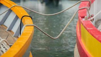Petit bateau traditionnel coloré, gros plan sur corde - port de Collioure - France en Europe.
