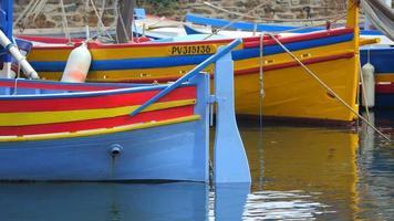 barco pequeno colorido tradicional - porto de collioure - frança na europa. video