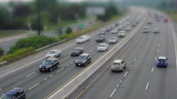 Verkehr auf mehrspuriger Autobahn