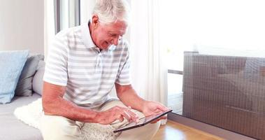 homem sênior usando tablet pc video