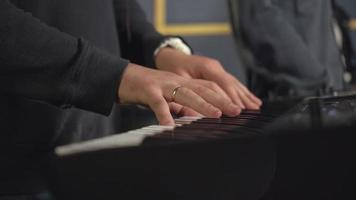 Keyboarder spielt auf Synthesizer-Konzert oder Try-Out video