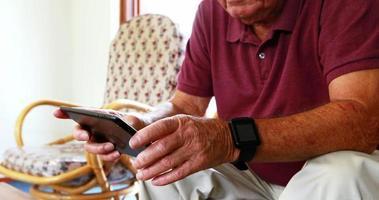 homme aîné, jouer, à, tablette