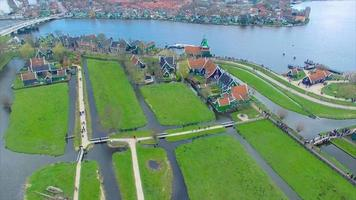 Países Bajos pueblo de molinos de viento paso elevado al agua
