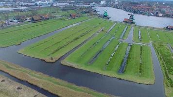 Países Bajos aldea de molinos de viento, toma aérea de molinos de viento y campos