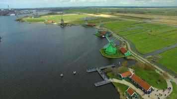 Holanda aldea de molinos de viento volando hacia varios molinos de viento