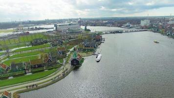 Países Bajos paso elevado viendo molino de viento casa, campos y puente