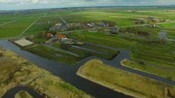 pueblo de molinos de viento de los países bajos, paso elevado de tierras pantanosas