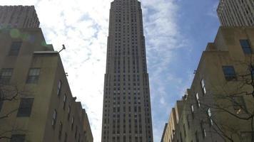 giorno di estate grattacielo di new york city dall'alto verso il basso 4k video