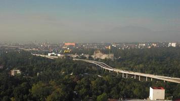 vista elevada de carros passando em uma estrada elevada em direção à cidade, no México video