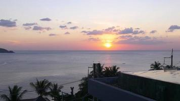 Thailand Sommer Sonnenuntergang Patong Strand berühmten Hotel Schwimmbad 4k video