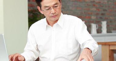 asiatischer Mann geht ans Telefon