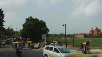 gesperrte Aufnahme des Verkehrs auf der Straße außerhalb des roten Forts, Delhi, Indien video