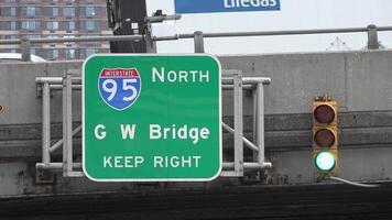 autostrada interstatale e segno del ponte