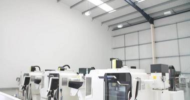 Vista del taller de ingeniería vacío con máquinas cnc video