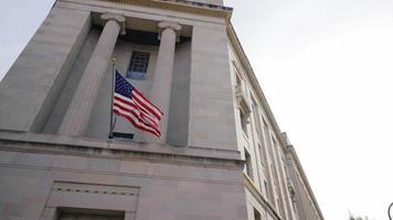 vídeo filmado em washington dc, bandeira americana no prédio