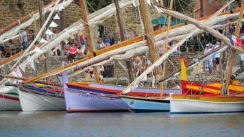 veleiro tradicional colorido no porto de Collioure - França - Europa video
