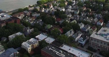 sobrevoando casas de jersey com vista para a ilha de manhattan video