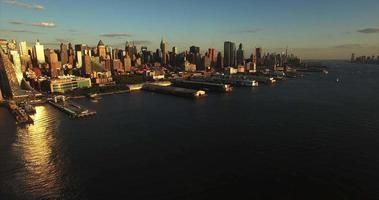 voo aéreo de nyc foto para trás do cais e do horizonte