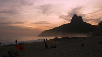 praia de ipanema ao pôr do sol no rio de janeiro video