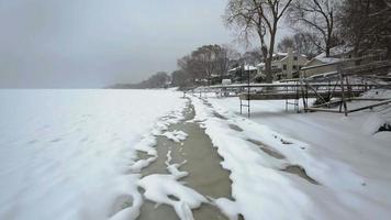 glace se formant le long du rivage