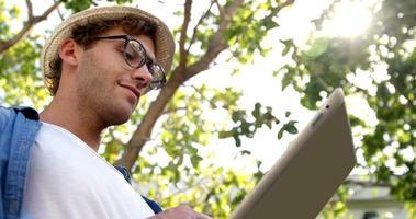 Die Low-Angle-Ansicht des Hipsters verwendet ein Tablet