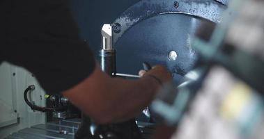 Ingeniero masculino operando maquinaria cnc en el piso de la fábrica
