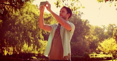 bell'uomo prendendo un selfie nel parco