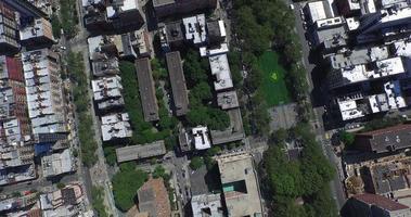 Nyc Luftaufnahme nach unten geschossen über die Bäume und Gebäude