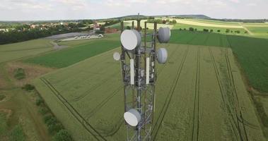 sluit de vlucht rond de telecommunicatiemast