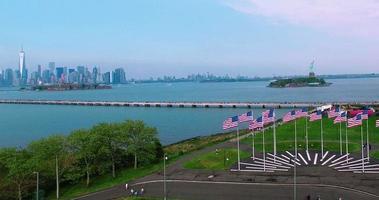NYC Luftaufnahme der Insel des Gouverneurs über amerikanischen Flaggen