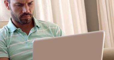 uomini che tengono il mento mentre guardano il suo laptop