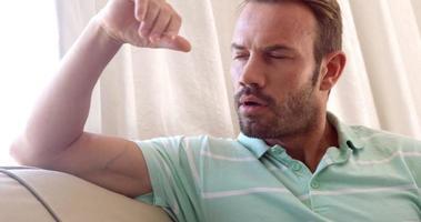 uomini pensanti sul divano con la mano sulla fronte video
