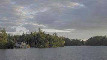 lago canadiense ontario en verano desierto natación y pesca