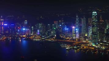 Luz de noche panorámica bahía 4k lapso de tiempo de hong kong china